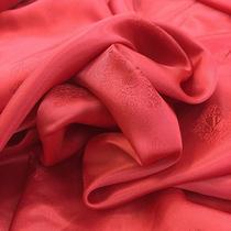 Подкладка жаккардовая малиново-красного цвета с вензелями