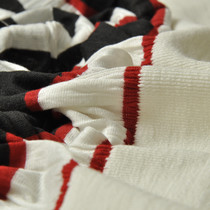 Юбочный купон белого цвета с красными и черными полосками