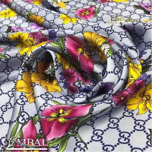 Шелк атласный принт Gucci яркие цветочки на фиалковом фоне