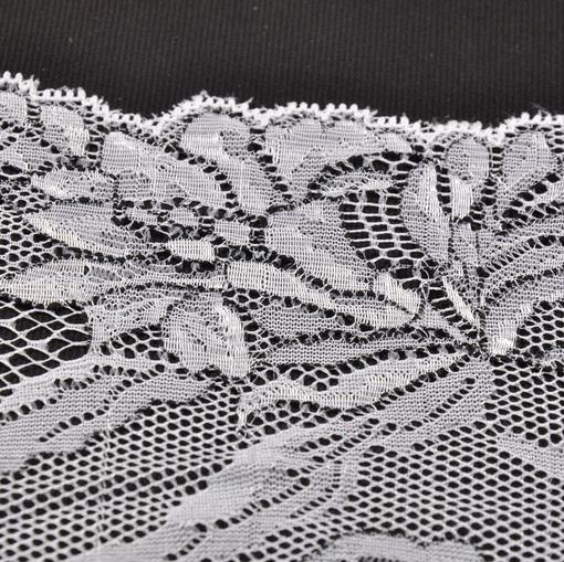 Белое стречевое кружево с цветами в виде черного контура