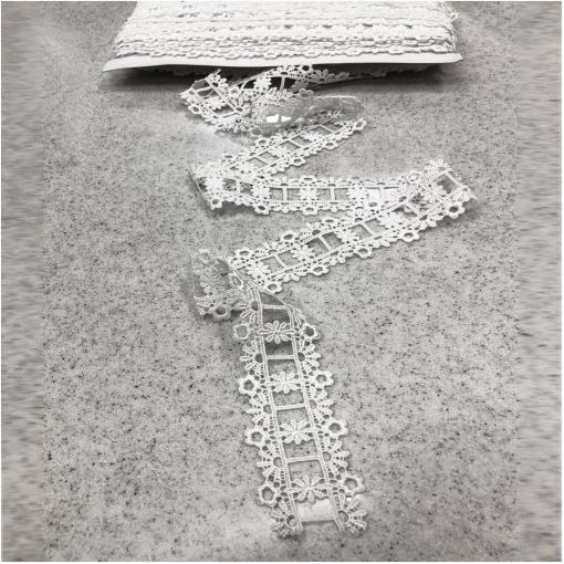 Тесьма кружевная макраме белого цвета столбики и цветы