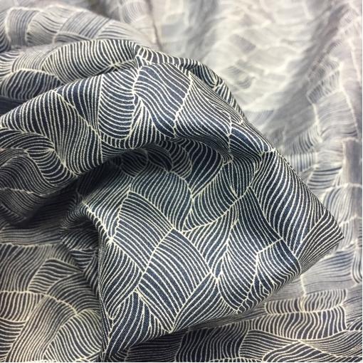 Подкладка вискозная жаккардовая серо-синего цвета абстрактные листики