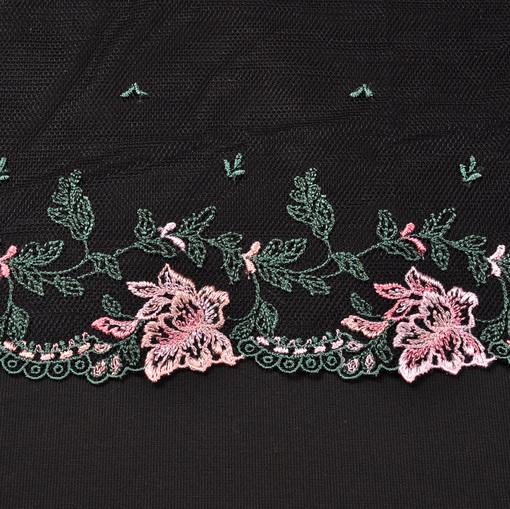 Сетка черного цвета с вышитыми розовыми цветами