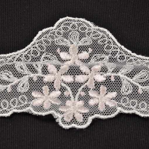 Белая тесьма с розовым вышитым рисунком