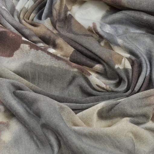 Синтетический трикотаж серого цвета с коричневыми листьями