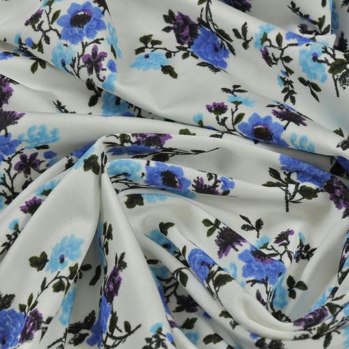 Скользкий синтетический трикотаж белого цвета с голубыми цветами