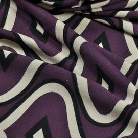Вискоза-стрейч с темным ромбовидным рисунком с темно-лилового цвета с контрастными границами