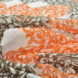 Батист белого цвета с восточным рисунком в бежевых и оранжевых тонах