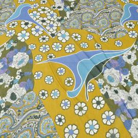 Муслин горчичного цвета со сложным рисунком из огурцов и роз сиренево-голубых тонов