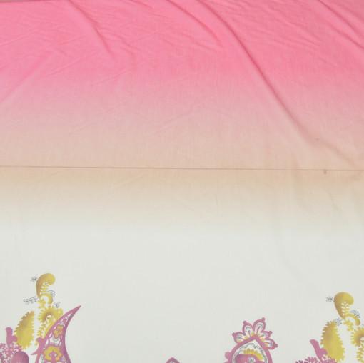 Муслин деграде, купон из бордовых огурцов на желтом фоне вдоль полотна