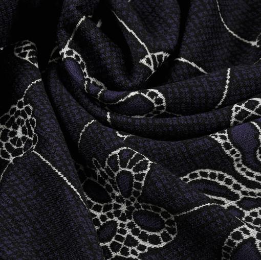 Темно-лиловое джерси-стрейч с белым цветочным орнаментом