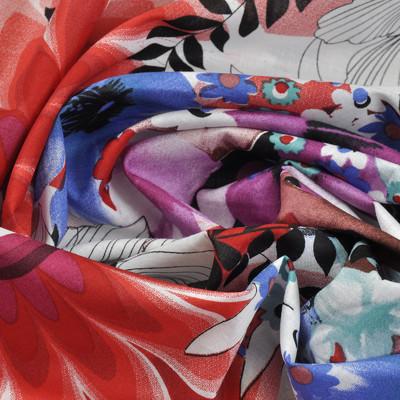 Хлопок в крупные цветы в сиреневых, красных, синих и белых тонах