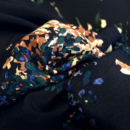 Вискоза плательная мягкая принт Blumarine цветы на темно-синем фоне
