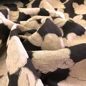 Деворе цветы песочного цвета на черной сетке