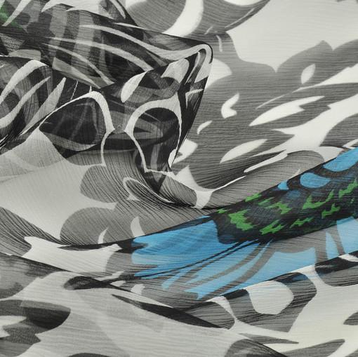 Крешированный шелковый шифон с бежево-коричневым орнаментом и голубыми цветами