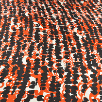 Шелк белого и оранжевого цвета с черными узорами