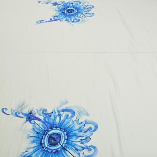 Вискозный трикотаж с крупным голубым цветком скользкий