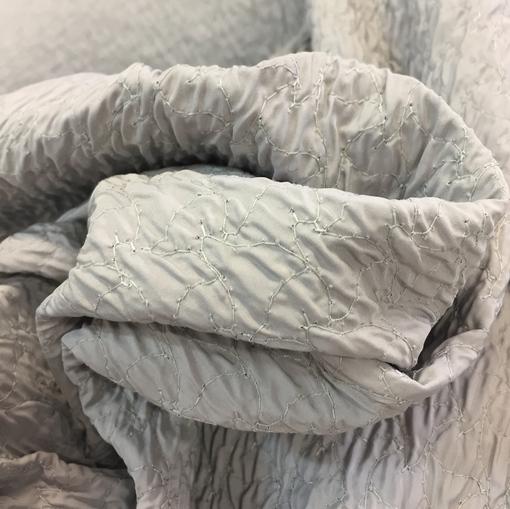 Ткань курточная стеганная сжатая светло-серого цвета