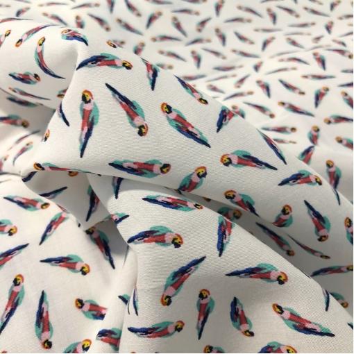 Вискоза плательная мягкая принт мелкие попугайчики на белом фоне