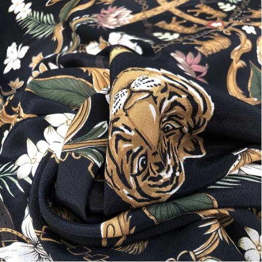 Вискоза плательная стрейч принт тигры и ремни на черном фоне