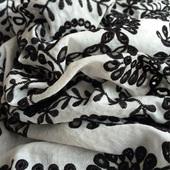 Муслин молочного цвета с черной вышивкой