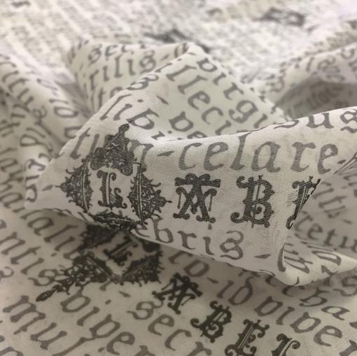 Шелковый шифон стрейч с черно-белым буквенным рисунком Black Label