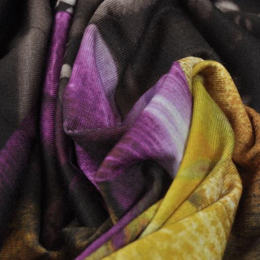 Вискозный черный трикотаж с принтом в крупные цветы желто-сиреневого цвета