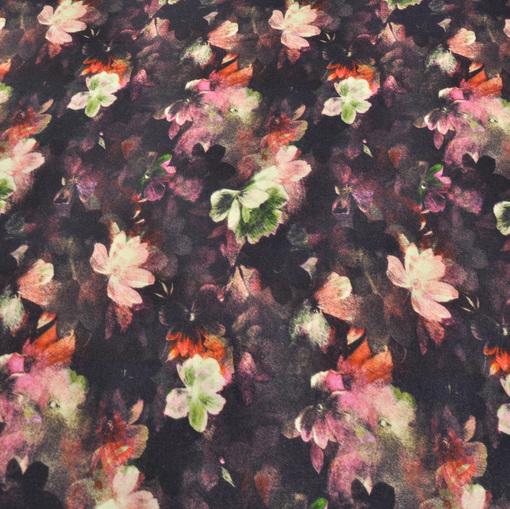 Вискозный трикотаж с цветочным принтом на черном фоне
