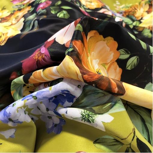 Атлас нарядный принт Blumarine продольный купон цветы на фоне золотистый лайм