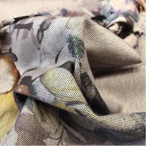 Джерси вискозное стрейч абстрактные цветы и точки на средне-сером фоне