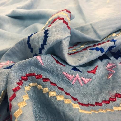 Хлопок рубашечный нарядный с вышитым купоном на пыльно-голубом фоне