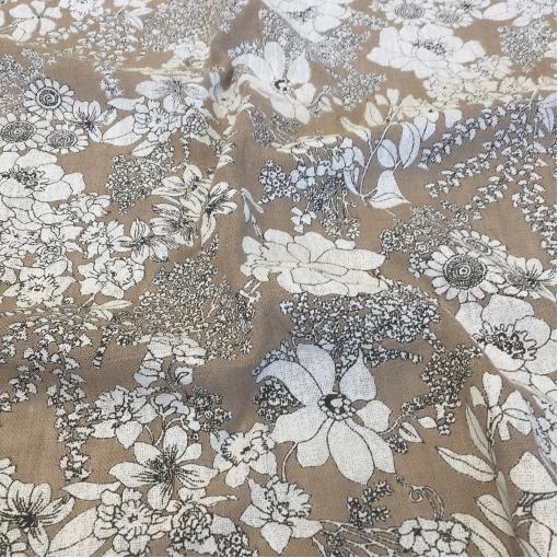 Лен рогожного плетения с печатью белых цветов
