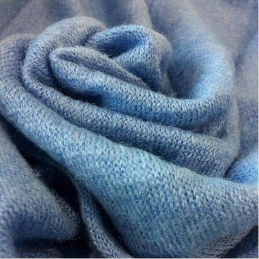 Трикотаж шерстяной мелкой вязки голубого цвета