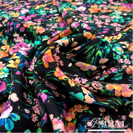 Вискоза плательная креповая яркий цветочный принт на черном фоне