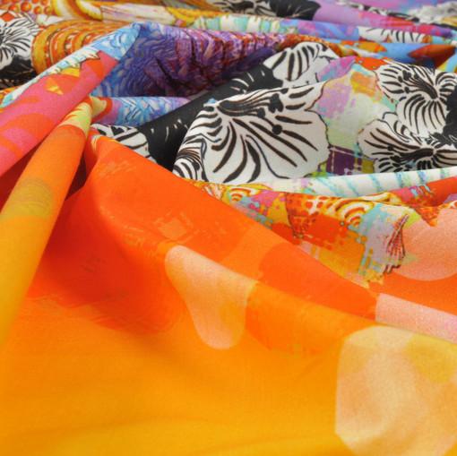 Яркий хлопок с цветочным орнаментом оранжево-сиреневого цвета в технике деграде