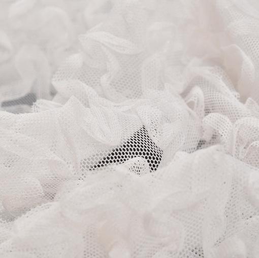 Нарядная белая сетка с узором из тесьмы