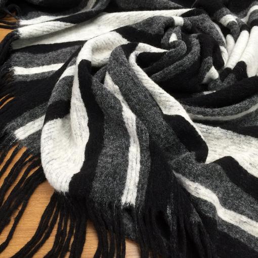 Трикотаж шерстяной в серо-черную полоску с кистями по кромке