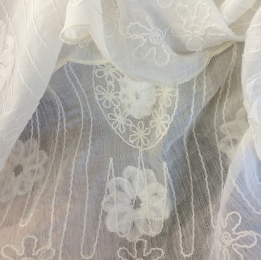 Шелк шифон молочного цвета с вышивкой по краям