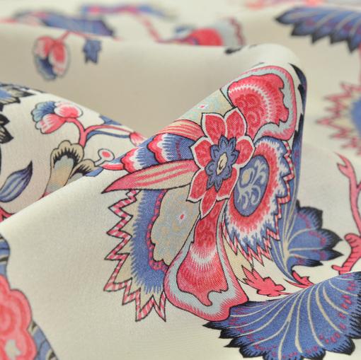 Шелк крепдешин белого цвета с рисунком из красно-синих цветов