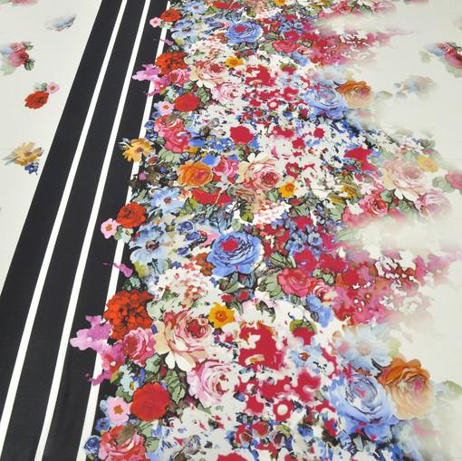 Трикотажная вискоза-стрейч с ярким цветочным купонным рисунком