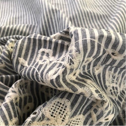 Лен с вышивкой и фестоном Alberta Ferretti серо-молочная полоска