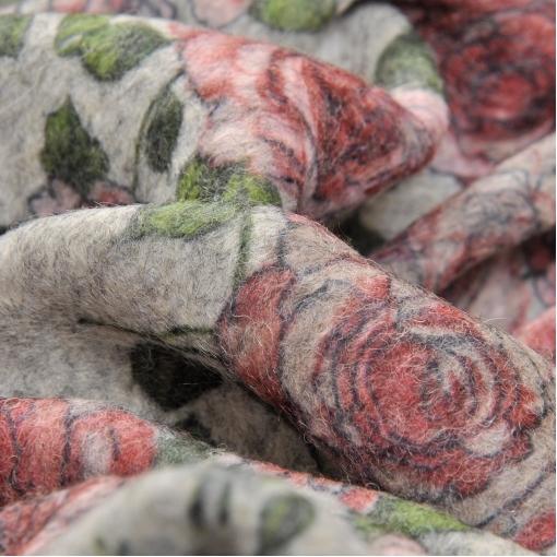 Зимний полушерстяной трикотаж с цветочным принтом на светлом сером фоне