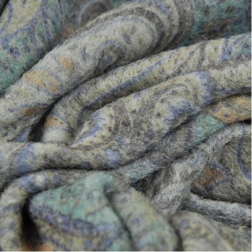 Зимний полушерстяной валянный трикотаж с сине-зеленым огуречным принтом