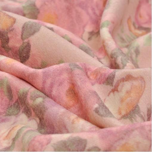 Костюмная ткань с набивным рисунком цветов на персиковом фоне