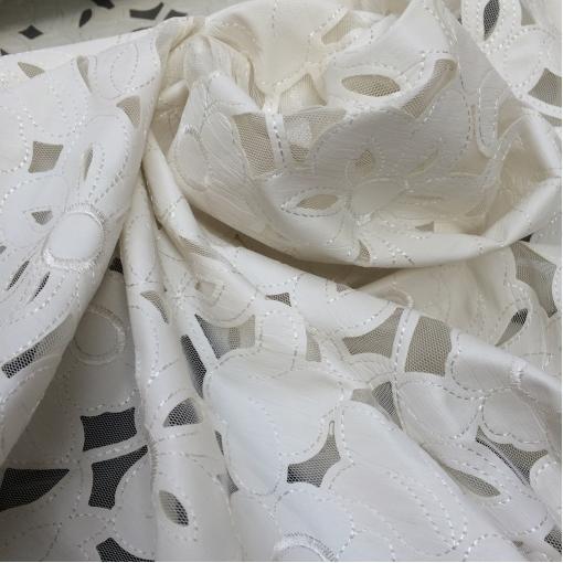 Сетка нарядная с нашитыми белыми кожаными цветами
