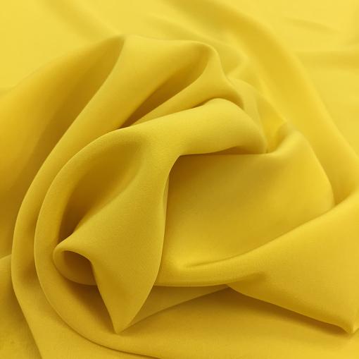 Шелк креповый непрозрачный желтого цвета