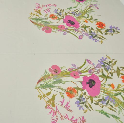 Тонкий шелк на светло-серо-бежевом фоне цветочные букеты