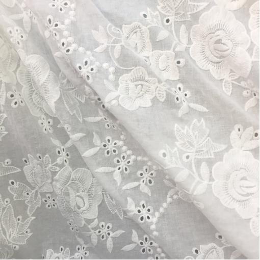 Хлопок тонкий молочного цвета с вышитыми крупными розами по краям полотна