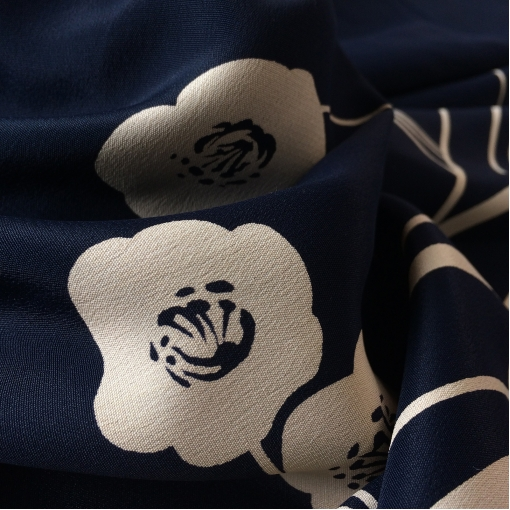 Шелк матовый купон сине-черные полосы с цветами по одному краю