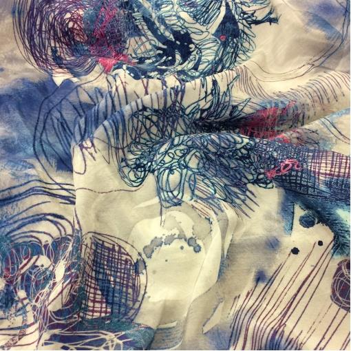 Шелк атласный сине-бежевый абстрактный принт